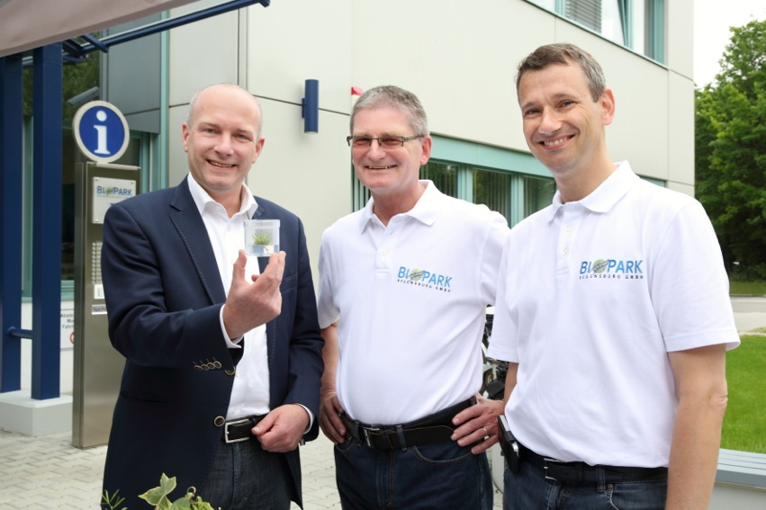 "Lord Mayor Joachim Wolbergs (left), CFO Dieter Daminger und CEO Dr. Thomas Diefenthal demonstrate an ""Agar-Garden""."